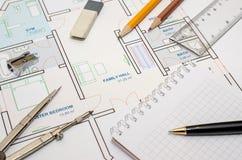 Het plan van de huisvloer met tekeningskompas Stock Foto