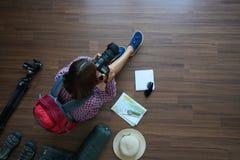 Het plan van de reizigersvrouw en rugzak planning met holdingscamera royalty-vrije stock afbeelding