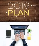 het plan van 2019 met mannetje die computerlaptop met behulp van stock afbeeldingen