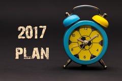 het plan van 2017 met wekker op zwarte document achtergrond wordt geschreven die Stock Fotografie