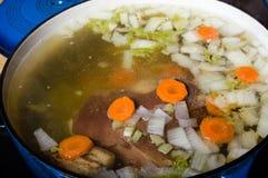 Het plantaardige hamsoep koken op het fornuis Royalty-vrije Stock Afbeelding
