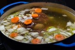 Het plantaardige hamsoep koken op het fornuis Royalty-vrije Stock Fotografie