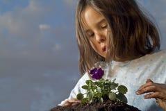 Het planten van het meisje Stock Afbeelding