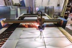 Het plasma sneed machine met de scherpe staalplaat van de programmacontrole met vonken in metaalbewerkingsfabriek royalty-vrije stock foto