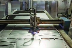 Het plasma sneed machine met de scherpe staalplaat van de programmacontrole met vonken in metaalbewerkingsfabriek royalty-vrije stock afbeeldingen