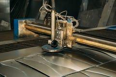 Het plasma sneed machine scherpe staalplaat Lasercutting van de industriële ijzerwerken stock fotografie