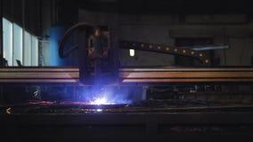 Het plasmaknipsel bij de fabriek, de machine snijdt metaal met kaviaar en helder licht stock footage