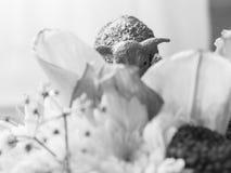 Het plastic cijfer van weinig schaap weidt op boeket Royalty-vrije Stock Foto's
