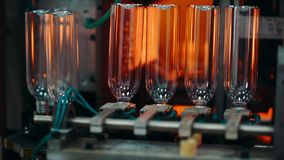 Het plastic fles maken stock footage