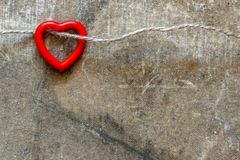 Het plastic hart hangen op het koord stock foto