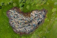 Het plastiek en de pakketten van het afvalafval op schoon groen gebied Van de de verontreinigingsvijver van de conceptenvergiftig royalty-vrije stock foto's