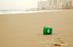 Het plastiek kan op leeg strand royalty-vrije stock foto