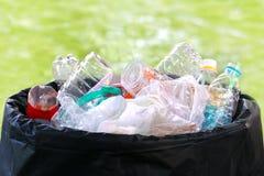 Het plastiek van de afvalhoop op bak, het afval plastic hoogtepunt van het Afvalhuisvuil van afvalbak, de Partijen van het Plasti royalty-vrije stock foto's