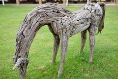 Het plastische houten verblijf van de paardboerderij op een grasgebied Royalty-vrije Stock Fotografie