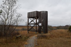 Het platform van de vogelobservatie dichtbij het moerasland royalty-vrije stock foto