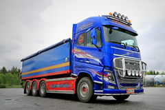 Het Platform van Volvo FH16 met Vrachtwagen Opgezette Kraan Stock Afbeelding