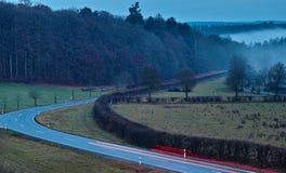 Het platteland van het verkeersonduidelijke beeld bij regenachtige nacht Stock Fotografie