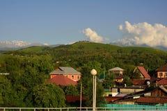 Het plattelandscityscape van Alma Ata met bergen en weg Stock Afbeelding