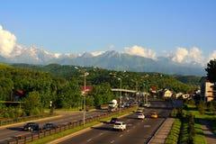Het plattelandscityscape van Alma Ata met bergen en weg Stock Foto