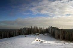 Het plattelandshuisje op een heuvel Stock Afbeelding
