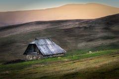 Het Plattelandshuisje van de herder in een vreedzame Bergkant Stock Foto's