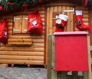 Het plattelandshuisje van de kerstman met de brievenbus om de brieven te posten Stock Afbeelding
