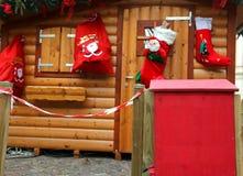 Het plattelandshuisje van de kerstman met de brievenbus om de brieven van jonge geitjes te posten Stock Foto