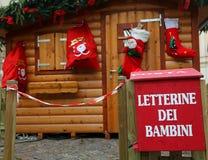 Het plattelandshuisje van de kerstman met de brievenbus om de brieven van kinderen te posten Royalty-vrije Stock Foto