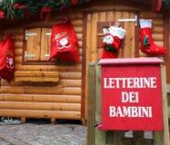 Het plattelandshuisje van de kerstman met de rode brievenbus aan post Royalty-vrije Stock Foto's