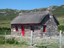 Het Plattelandshuisje van de steen in Ierland stock foto's