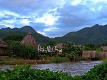 Het plattelandshuisje van de waterkant Stock Foto
