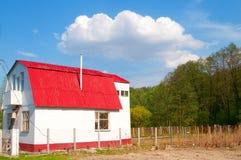 Het plattelandshuisje van de zomer op de zonnige dag Stock Foto