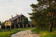Het plattelandshuisje werd gebouwd dichtbij het bos Royalty-vrije Stock Afbeeldingen