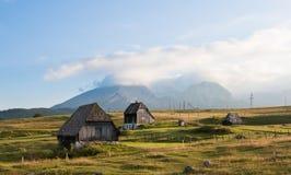 Het plattelandshuisjelandschap van de berg Stock Afbeeldingen