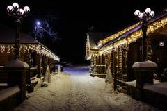 Het plattelandshuisjelichten van de Kerstmisfantasie stock foto's