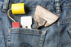 Het pleisteren van hulpmiddelen in zak van jeans Hoogste mening Stock Foto's