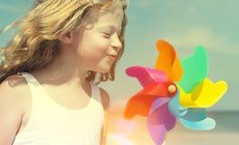 Het Plezierconcept van Blowing Windmill Beach van de broerzuster stock afbeeldingen