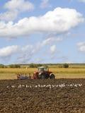 Het ploegen van de tractor Stock Foto's
