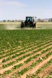 Het ploegen van de tractor stock afbeeldingen
