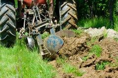Het ploegen van de tractor Royalty-vrije Stock Foto's