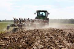 Het ploegen van een krachtige tractor Stock Afbeelding