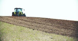 Het ploegende gebied van de tractor stock footage