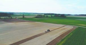 Het ploegende gebied van de tractor stock videobeelden
