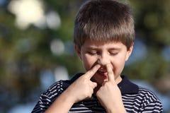 Het plukken van de jongen neus Stock Foto