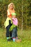 Het plukken van de moeder en van de dochter paddestoelen Royalty-vrije Stock Foto
