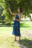 Het plukken van de vrouw appelen Stock Afbeelding