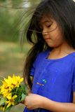 Het plukken van het kind zonnebloemen stock foto's