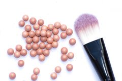 Het poeder in de ballen met een stralend effect op de achtergrond van de reeks voor bloost Samenstellingsschoonheidsmiddelen, royalty-vrije stock afbeelding