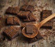 Het Poeder van de cacao en Donkere Chocolade Royalty-vrije Stock Afbeeldingen