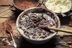 Het poeder van de melk en de cacao zijn de basisingrediënten van chocolade royalty-vrije stock foto